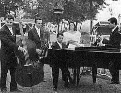 """On set of """"La notte"""" from left: Alceo Guatelli, Eraldo Volontè, Giorgio Gaslini, Jeanne Moreau, Ettore Ulivelli, Marcello Mastroianni."""